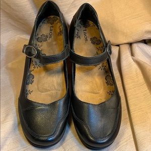 Taos almost new leather mary janes slight wedge